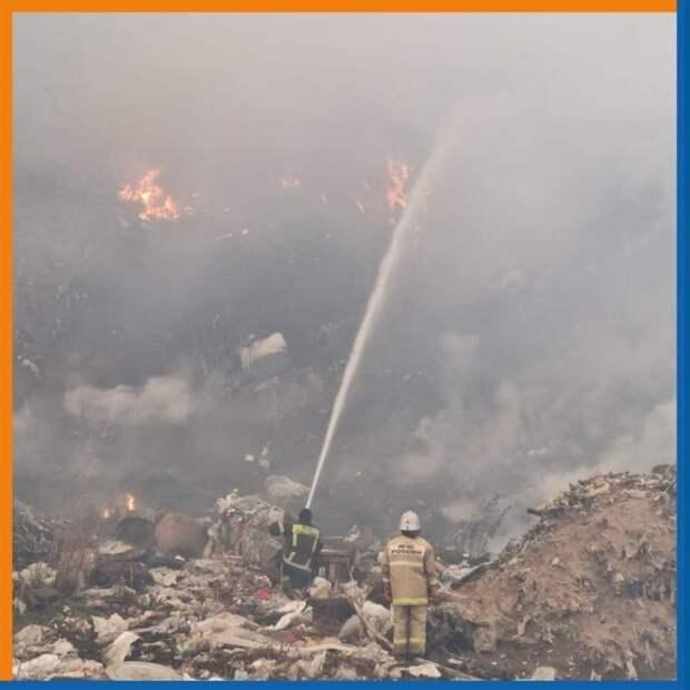 Спасатели опубликовали фото с пожара на рязанской свалке