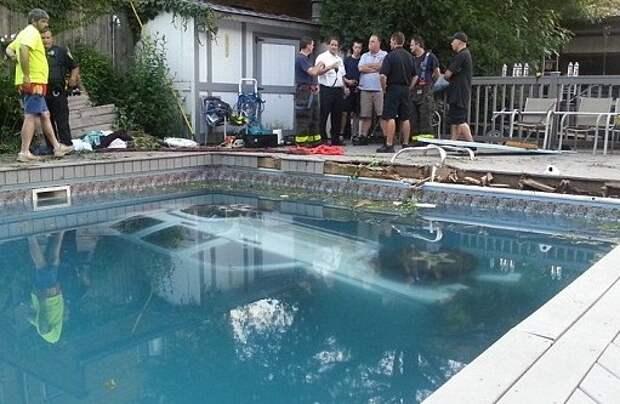 Пьяная женщина на внедорожнике въехала в бассейн