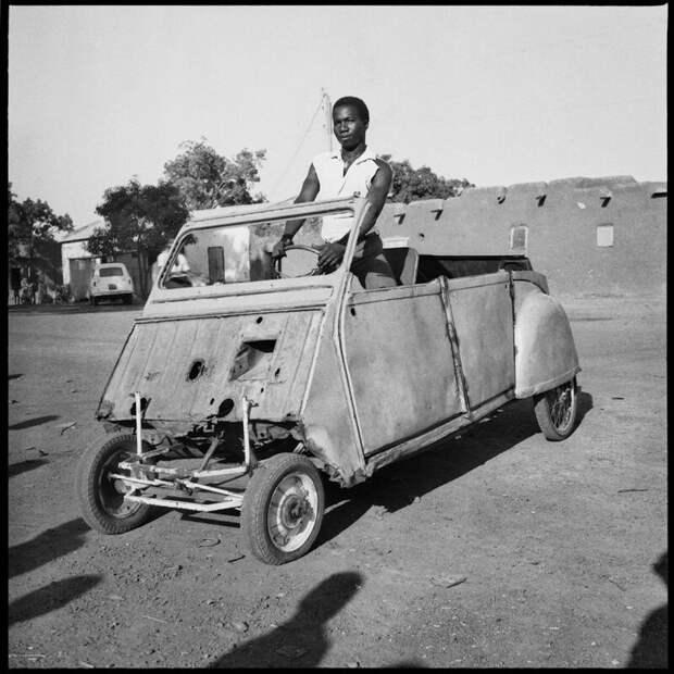 Молодой человек в своем Citroen 2CV Bricoleé, Бобо-Диуласо, Буркина-Фасо, 1968  история, люди, фото