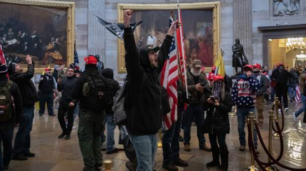 Опубликовано видео, на котором полиция Капитолия пропускает сторонников Трампа в здание
