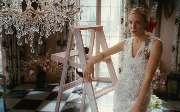 Рудковская в платье с двухметровым шлейфом устроила фотосессию на стремянке