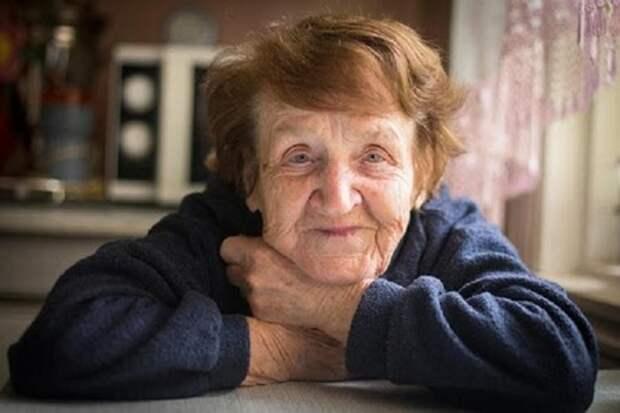 Бабушка решила проверить, почему внучка за ней ухаживает, и сказала, что переписала квартиру на внука