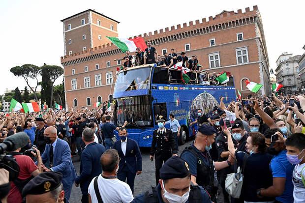 Видео: В Риме сборная Италии и ее болельщики отметили победу на Евро