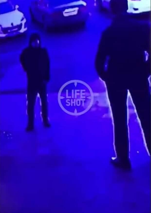 Мужчина выстрелил в охранника возле ТЦ на Тушинской