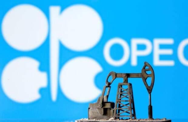 Фигурка нефтедобывающей установки на фоне логотипа ОПЕК, 14 апреля 2020 года. REUTERS/Dado Ruvic/Illustration