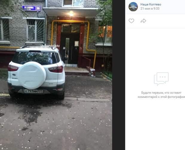 Автохам перекрыл тротуар перед подъездом дома на улице Приорова
