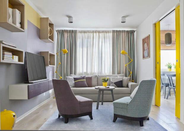 Динамичная гостиная с яркими деталями. | Фото: квант-спб.рф.