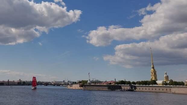 Жители Петербурга заметили судно с алыми парусами у Петропавловской крепости