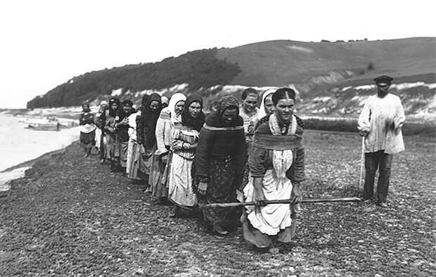 Бурлачки тянут баржу на реке Суре в Нижегородской губернии, 1910г. | Фото З.З. Виноградов