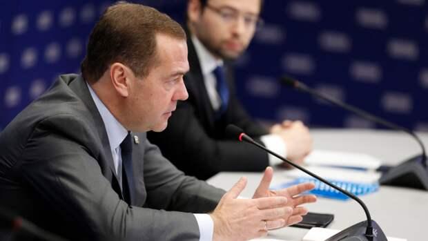 Медведев назвал недопустимымувеличениеиностранного военного присутствия у границРоссии