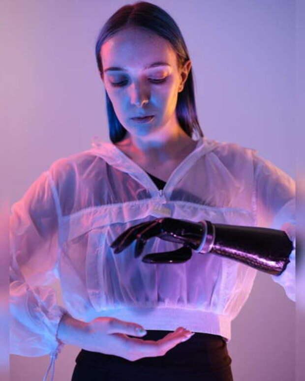 Девушка с бионическим протезом контент
