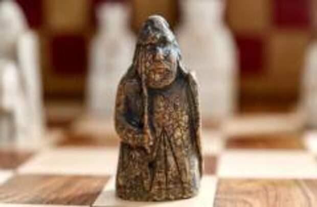 Шотландец нашел дома средневековую шахматную фигуру
