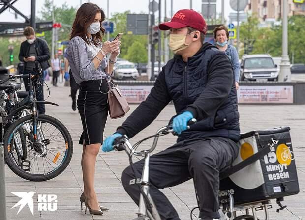 Прохожие в масках на улицах Москвы, 12 мая 2020 г. Фото: Михаил ФРОЛОВ