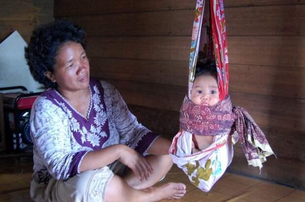 Даяки — общее название аборигенов острова Калимантан - подвешивали своих младенцев интересное, младенцы, ношение, обычаи, пеленание, факты