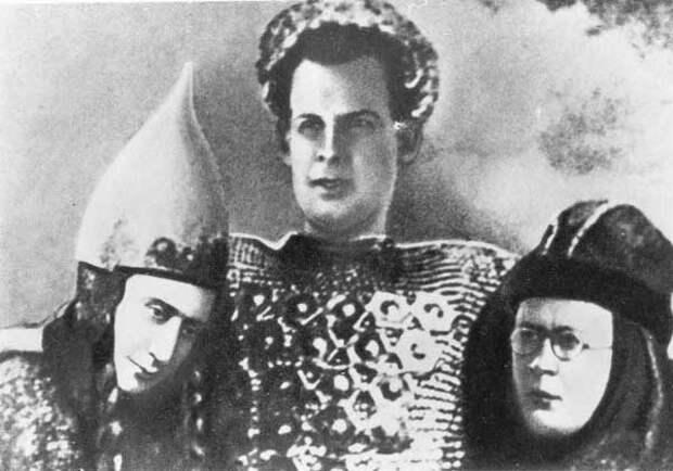 Режиссер Сергей Эйзенштейн и композитор Сергей Прокофьев в доспехах