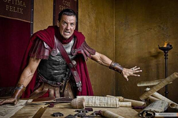 Римский командир в ярости. Кадр из сериала «Спартак»