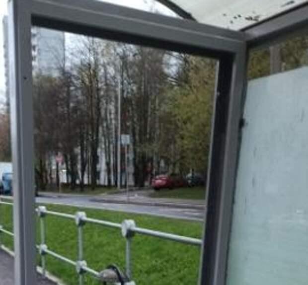 Хулиганы разбили стёкла на остановке «Детская больница»