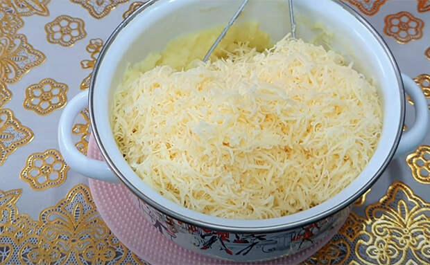 Кладем картофельное пюре внутрь теста. Простая добавка сделала лепешки главным блюдом стола