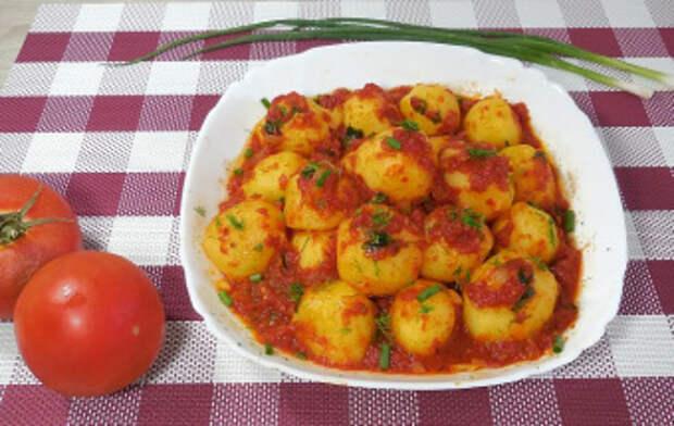 Гарнир из пикантного картофеля в томате