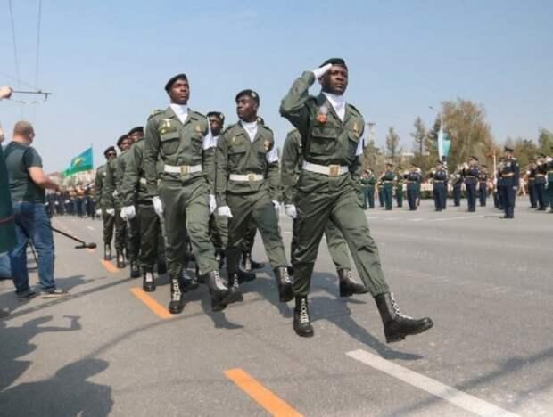«Опасно им в США»: россияне заступились за курсантов из Африки на параде в Омске (ФОТО)