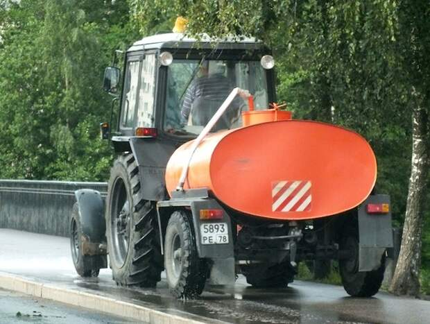 В Смольном объяснили, зачем в дождь моют улицы
