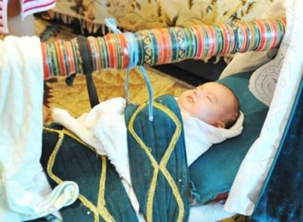 Жуткие, необычные и странные обычаи пеленания и ношения новорожденных интересное, младенцы, ношение, обычаи, пеленание, факты