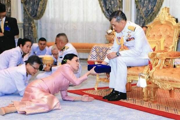 Жены и любовницы короля Таиланда: Одну кормил из собачьей миски, другую - отправил к смертникам