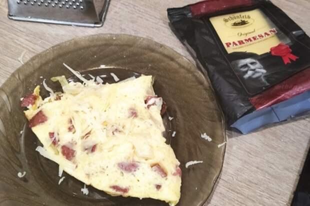 Омлет с копченой колбаской и пармезаном: фото шаг 3