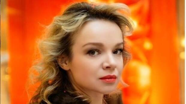 Цымбалюк-Романовская убралась на могиле Джигарханяна под прицелами камер