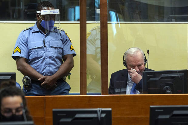 На фото: Ратко Младич сидит в зале суда в Гааге, Нидерланды