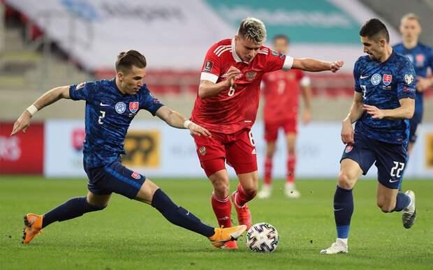 В сборной России объяснили обратную замену Мостового в матче со Словакией