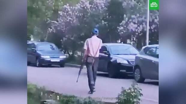 Гулявший с винтовкой житель Набережных Челнов попал на видео