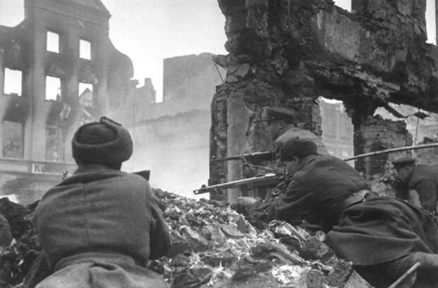 Советские солдаты ведут бой в пригороде Кенигсберга.