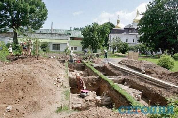 На руинах древнего храма в Киеве нашли скелеты и кубок