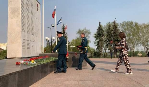 НаИсторической площади вТюмени началась церемония возложения цветов