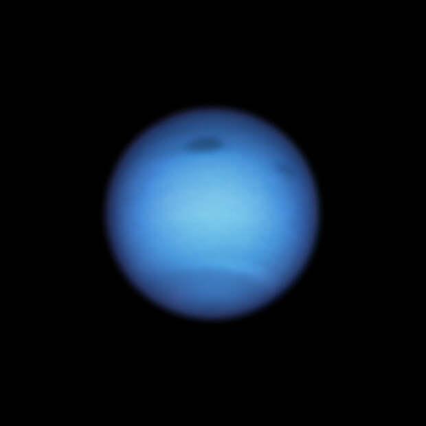Астрономы заметили необычное поведение темного пятна на Нептуне: оно резко сменило направление
