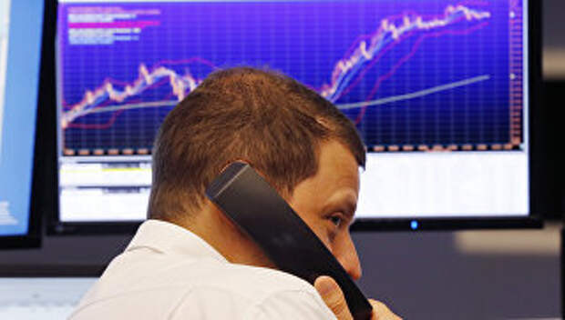 Трейдер на Франкфуртской фондовой бирже. Архивное фото