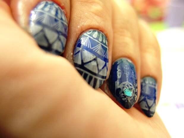 Простой и эффектный дизайн ногтей с использованием стемпинга и страз