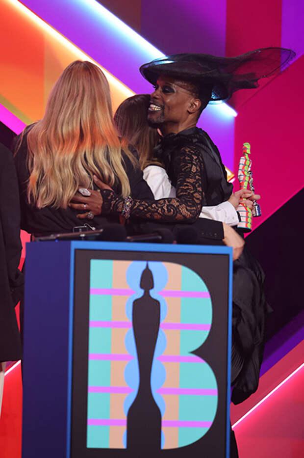 Билли Портер вручает награду группе Haim
