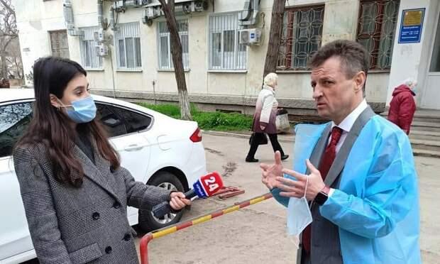 Министр здравоохранения Крыма проверил организацию вакцинации от «ковида» в Феодосии